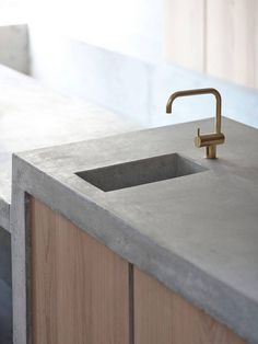 Concrete wood and brass kitchen elements Concrete Kitchen, Concrete Wood, Kitchen Taps, Concrete Countertops, Kitchen Decor, Brass Kitchen, Timber Kitchen, Kitchen Island, Beton Design