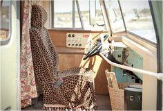 Ao longo dos anos temos apresentado muitos veículos de aventura, mas nada tão especial como este, um ônibus de old-school americano convertido em uma casa de campismo. Restaurado na perfeição pela empresaWinkleman Architecturep