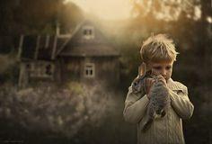 Fotógrafa russa registra seus filhos em contato com a natureza