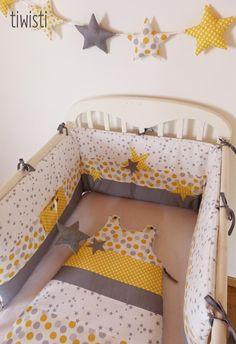 Tour de lit , gigoteuse et guirlande d'étoiles, gris, blanc et jaune, motif étoile