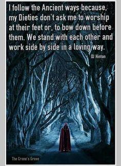 Ich folge den Alten Wegen, weil meine Gottheiten mich nicht bitten, zu ihren Füßen zu beten oder sich vor ihnen zu verbeugen. Wir stehen miteinander und arbeiten nebeneinander auf in einem liebevollen Weg.