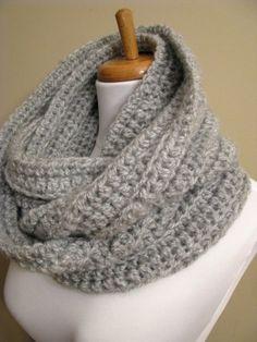 Gehaakte sjaal : Begin met losse, ongeveer 2 meter. Daarna stokjes haken tot de gewenste breedte. Haak of naai de uiteinden aan elkaar. Ga ik zeker eens proberen...
