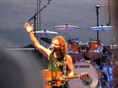 Eddie Vedder Surveys the crowd - Pearl Jam Gorge 06  A classic :-)    LMAO!!!!