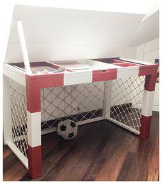 Escritorio portería de fútbol/ Soccer goal desk Soccer Bedroom, Football Bedroom, Kids Bedroom, Bedroom Ideas, Garage Game Rooms, Football Rooms, Little Boys Rooms, Boy Bath, Toddler Rooms
