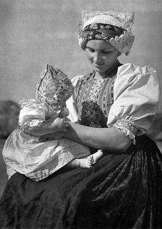 Matka s dieťaťom z Vyšného Sliača, Liptov, Slovakia Europe Fashion, Fashion History, Embroidery Designs, Popular Costumes, Folk Costume, Album, Black And White Pictures, Fotografia, Europe