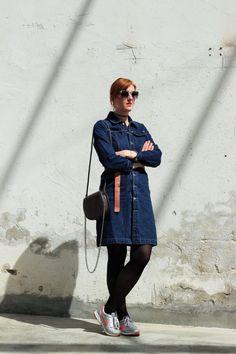 // styleranking Redakteurin Kristina trägt einen Klassiker: Ein Jeanskleid, das Must-Have der 70er Jahre. Mit den Accessoires, wie der großen Sonnenbrille, sieht es an ihr sehr elegant aus. Shoppt ihr Outfit hier nach: http://liketk.it/2ozTt // styleranking editor Kristina wears a classic denim dress. In the 90s it was a must-have. With her accessoires like the big sunglasses it looks very elegant. Shop her outfit @liketoknow.it