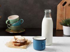 Um Buttermilch zuhause herzustellen, braucht es nur zwei Zutaten Tricks, Glass Of Milk, Dips, Recipies, Food And Drink, Homemade, Smoothie, Jelly, Recipe