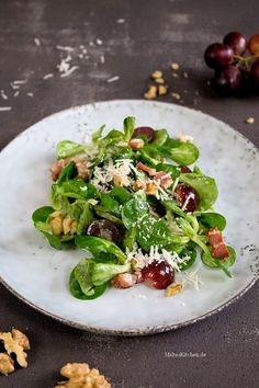 Leckerer Feldsalat mit einer Trauben-Speck-Vinaigrette. So macht Salat Spaß. | lovely salad with bacon, grapes & walnut | malteskitchen.de