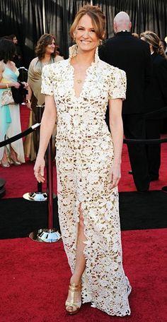 Melissa Leo, la ganadora del Oscar a la mejor actriz de reparto eligió un vestido de encaje blanco con diseño de Marc Bouwer.
