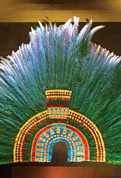 PENACHO DE MOCTEZUMA. Se le conoce así a un quetzalapanecáyotl o tocado de plumas de quetzal engarzadas en oro y piedras preciosas que actualmente se encuentra en el Museo de Etnología de Viena, en Austria, que según la tradición perteneció al tlatoani Moctezuma Xocoyotzin (1466-1520), hay una réplica en el Museo Nacional de Antropología de la Ciudad de México.