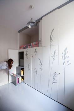 Tiny Apartment In Paris /  Kitoko Studio Mały pokój do aranżacji? Kto powiedział, że nic się nie zmieści? :)