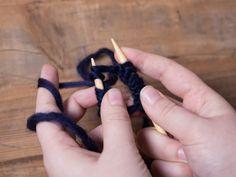 Tutorial DIY: Zrób na drutach czapkę z szerokim ściągaczem ściegiem ryżowym przez DaWanda.com Cinnamon Sticks, Crochet, Food, Wool Hats, Garter Stitch, Simple, How To Make, Tutorials, Dots