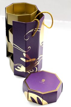 Mooncake Box contain 4 pcs of Mooncake. Combined symbol of the rabbit and the moon to represent begin of Lunar year.