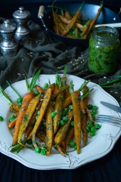 Easy and quick carrot green pesto with sunflower seeds and pecans. The carrot greens pesto is vegan and can be modified to your own taste. Vegan Pasta Sauce, Pesto Sauce, Superfood, Pesto Vegan, Carrot Greens, Easy Meals, Easy Recipes, Pecan, Carrots