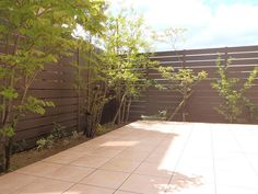 中庭のくつろぎ空間へ。 板塀と植栽、そして、タイルテラスを制作。