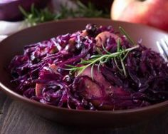 Préparation : Retirez les premières feuilles du chou rouge, puis émincez-l… Preparation: Remove the first leaves of the red cabbage, then slice it into thin slices. Melt the butter in a casserole dish Spiced Red Cabbage, Red Cabbage With Apples, Cabbage Stew, Braised Red Cabbage, Cabbage And Bacon, Cooked Cabbage, Cabbage Recipes, Green Cabbage, Side Dishes Easy