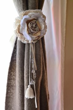 Pascuala Deco: SUJETA CORTINA Tissue Flowers, Burlap Flowers, Diy Flowers, Tassel Curtains, Curtains With Blinds, Drapes Curtains, How To Make Tassels, Flower Curtain, Passementerie