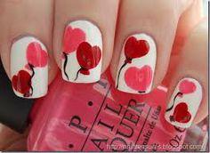 Globos con forma de corazón en las uñas.