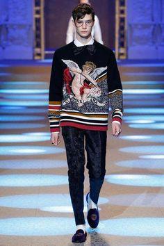 The complete Dolce & Gabbana Fall 2018 Menswear fashion show now on Vogue Runway. Mens Fashion 2018, Latest Mens Fashion, Latest Clothes For Men, Dolce And Gabbana Man, First Class, Fashion Show, Fashion Trends, Men's Fashion, Autumn Fashion