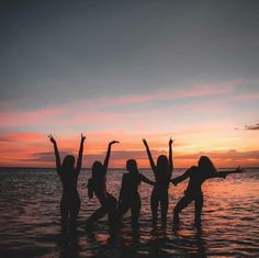 Image shared by sandra. Find images and videos about girl, summer and beach on We Heart It - the app to get lost in what you love. Foto Best Friend, Best Friend Photos, Best Friend Goals, Summer Pictures, Beach Pictures, Group Pictures, Photos Bff, Bff Pics, Shotting Photo