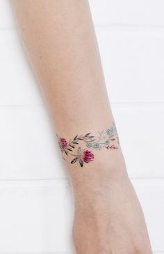 Discreet And Charming Wrist Tattoos You'll Want To Have. Classy, colorful and feminine wrist bracelet tattoos Discreet And Charming Wrist Tattoos You'll Want To Have. Classy, colorful and feminine wrist bracelet tattoos Cool Wrist Tattoos, Vine Tattoos, Flower Wrist Tattoos, Wrist Tattoos For Women, Pretty Tattoos, Unique Tattoos, Beautiful Tattoos, Body Art Tattoos, Small Tattoos
