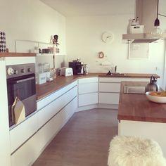 Weiße Küchenfront und rustikale Holzarbeitsplatte <3