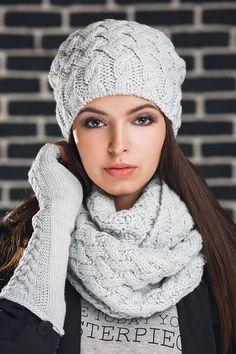 Braid комплект(шапка+снуд+митенки) - купить оптом с доставкой по Москве и России. Примеры фото и разнообразие цветов! Knitwear Fashion, Knit Fashion, Knit Or Crochet, Crochet Hats, Knit Beanie Pattern, Cable Knitting Patterns, Cable Knit Hat, Knitted Flowers, Crochet Designs