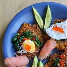Mehr als nur Frühstück! Süßkartoffelrösti mit pochiertem Ei, Spinat, Avocado und Lachs