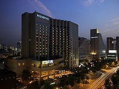 Novotel Seoul Ambassador Gangnam is conveniently located in the fashionable Gangnam district. Easy airport access and excellent business facilities make this 5-star hotel an ideal setting for doing business. With a jogging track, gym, aerobics room, four restaurants and a spa, the focus is on your fitness and well-being at Novotel.