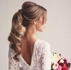 """Não é fácil acertar quando se escolhe um rabo de cavelo: o risco de ficar óbvio e com cara de """"dia-a-dia"""" é grande. Mas essa opção é arrasadora! #cabelodenoiva #noiva #rabodecavalo #ponytail{ post by www.mariarossetti.com.br }"""