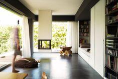 Wnętrze we wnętrzu - Kominek otwarty na salon i salon otwarty na ogród!   Projekt niemieckiego architekta Thomasa Krögera.