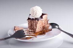 Krém: 2 smetany ke šlehání /33%/ 2 ks čokoládky ledové kaštany Nejprve si den dopředu uděláme krém. Svaříme smetany (opravdu musí vařit) s nalámanými ledov
