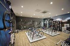 Changing the outlook of a traditional bike store. By applying a new strategic store design, with well thought out customer journeys and engaging communication. Bicycle Cafe, Bicycle Store, Bicycle Decor, Triathlon Shop, Bike Shed, Retail Concepts, Retail Store Design, Utility Trailer, Brand Store