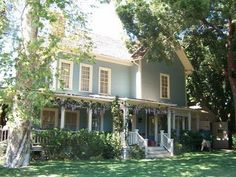 LOVE the Gilmore Girls house - could live in a town like Stars Hollow as well. :)