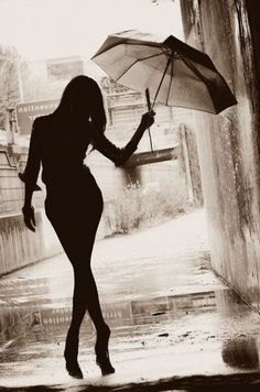 Photography portrait creative silhouette New ideas Street Photography, Portrait Photography, Silhouette Photography, Singing In The Rain, Walking In The Rain, Black And White Pictures, Belle Photo, Black And White Photography, Cool Photos
