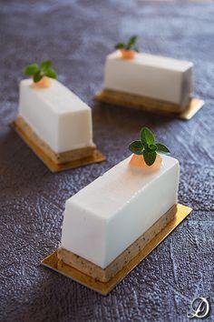 Tarta de chocolate blanco con un trocito de mandarina confitada como decoracion.