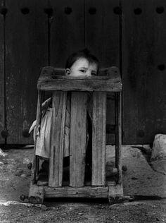 1961, Cuenca, España. Niño en un orfanato.