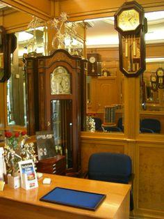 Esta es la interior de Olcina joyeros. Hay muchas joyas y relojes colgando en las paredes y en las vitrinas.
