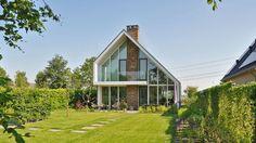 Esta casinha em forma de chalé e de aparência adorável abrig…