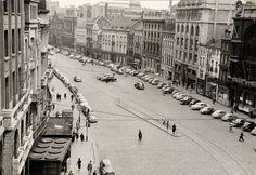 """De Meir, richting Leysstraat, in de jaren 1950. De foto werd vermoedelijk genomen vanaf het kantoorgebouw van de """"AMI"""". Aan de rechterzijde het gebouw waar de kantoren van de """"Red Star Line"""" gevestigd zijn, in het gebouw van de """"Caisse Hypothecaire Anversoise""""."""