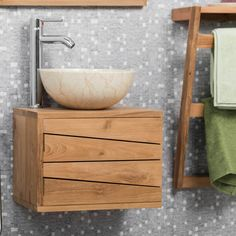 Créez une harmonie parfaite dans votre pièce avec le petit meuble de salle de bain suspendu Cosy. Pratique et tendance, ce meuble s'adaptera parfaitement à votre petit espace. Il permet également une surface de rangement pour vos affaires de toilettes et accessoires derrière sa porte aux lignes obliques.