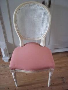 Ook zelf heb ik weer even de tijd genomen om te schilderen en natuurlijk heb ik een stoffen stoel gepakt om jullie als voorbeeld te laten zien hoe makkelijk het is om stoffen stoelen te verven met Annie Sloan krijtverf. Ik heb Annie Sloan krijtverf Scandinavian Pink gebruikt en Original White en afgewerkt met Clear Wax en een beetje Dark Wax en dan kan je van een oude stoel iets heel erg moois maken. En ja mensen je kan er echt op zitten en duurzaam gebruiken.