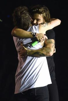 Read Louis Tomlinson & Harry Styles (ship) from the story gay couples (imágenes & gifs) by bsndtears (𝐉𝐄𝐒𝐒) with reads. Larry Stylinson, Louis Y Harry, Harry 1d, Tyler Posey, Dylan O'brien, Liam Payne, Imprimibles One Direction, Calin Couple, Desenho Harry Styles