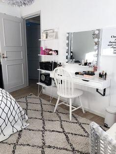 Contemporary Bedroom Decor, Living Room Decor On A Budget, Cute Room Decor, Vanity Decor, Dream Rooms, New Room, Home Bedroom, Room Inspiration, Makeup Vanities