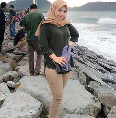 Fajar Rudin's media content and analytics Hijab Fashion, Girl Fashion, Womens Fashion, Lily Chee, Hijab Collection, Hijab Casual, Girl Hijab, Islamic Clothing, Beautiful Hijab
