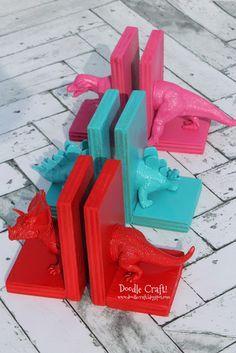 Boekensteun van restjes hout, plastic speelgoed en verf.