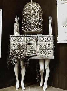 View of André Breton's object-chest at the Exposition Internationale du Surréalisme 1936 Via ubugallery Photomontage, Andre Breton, 7 Arts, Exquisite Corpse, Writers And Poets, Time Photo, Installation Art, Dark Art, Lovers Art
