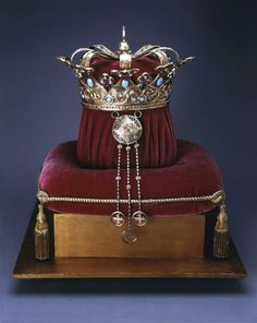 Side view Queen Marie of Romania Coronation Crown. This is a replica made in This is silver gilt, original crown was gold, tourquois and amythests. Royal Crowns, Royal Tiaras, Crown Royal, Tiaras And Crowns, Royal Jewelry, Circlet, Bridal Crown, Crown Jewels, Queen