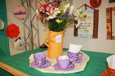 As xícaras de tecido da Lu Gastal servem como suporte para sachês de adoçante, colherzinhas, guardanapos, biscoitinhos e o que mais você quiser para enriquecer a mesa de chá.