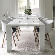 Matto pöydän alla tuo ruokailutilan sisustukseen pehmeyttä ja kodikkuutta.